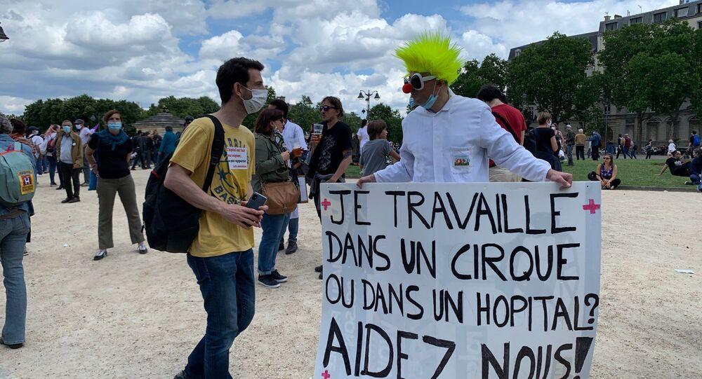 مظاهرات الأطباء يطالبون بتحسين شروط العمل في باريس، فرنسا 16 يونيو 2020