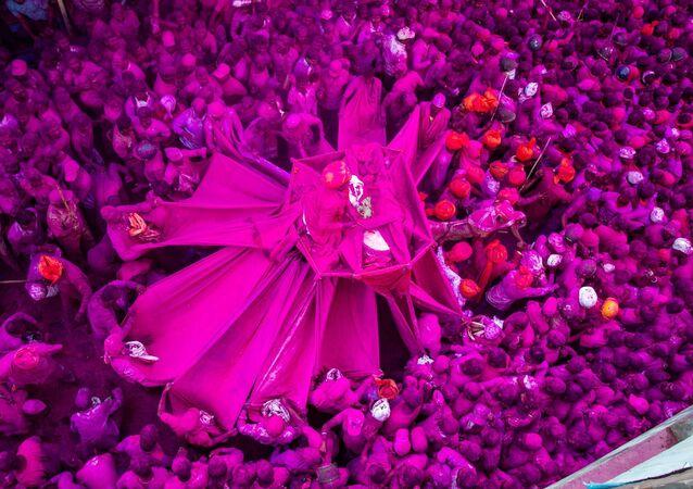 صورة بعنوان  المهرجان الوردي في مدينة كولهابور التاريخية في ولاية ماهاراشترا الهندية، للمصور الهندي شوبهام كوثافال، في فئة كوكبي. صورة واحدة، ضمن القائمة القصيرة لمسابقة أندريه ستينين التصوير الصحفي المحترف