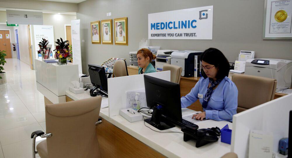 موظفون في مستشفى ميديكلينيك في دبي