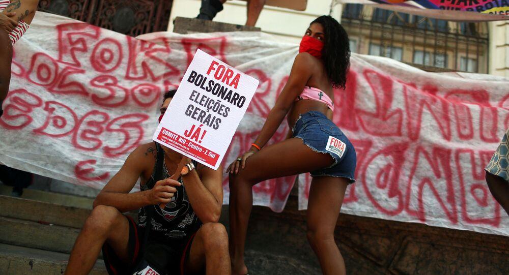متظاهر يحمل لافتة مكتوب عليها بولسونارو إلى الخارج، الانتخابات العامة الآن! أثناء احتجاجات ضد الرئيس البرازيلي الحالي جويير بولونارو في ريو دي جانيرو، البرازيل، 13 يونيو 2020