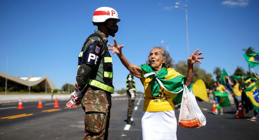 متظاهرة من أنصار الرئيس البرازيلي الحالي جويير بولونار خلال الاحتجاجات ضده في ريو دي جانيرو، البرازيل، 14 يونيو 2020