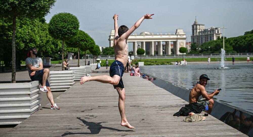 مواطنون يستجمون في حديقة ماكسيم غوركي، خلال موجة من الجر أصابت موسكو هذا الأسبوع بحيث وصلت درجات الحرارة إلى 31 مئوية، 16 يونيو 2020