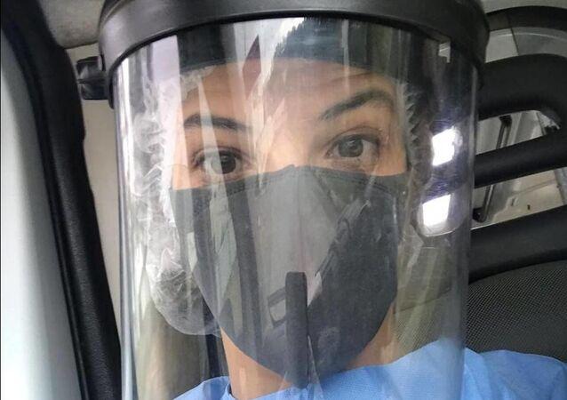 التونسية درة محفوظي أثناء مزاولة عملها في مكافحة فيروس كورونا المستجد
