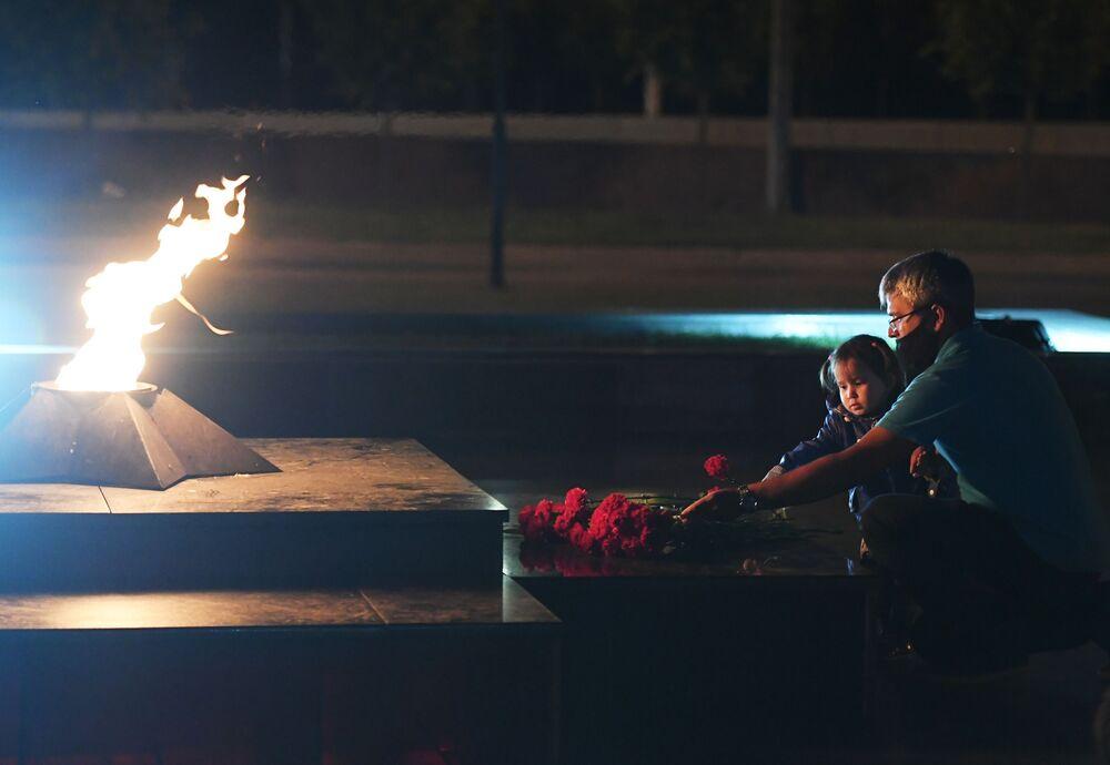 المشاركون في فعالية شمعة الذكرى في حديقة النصر في مدينة قازان، 21 يونيو 2020
