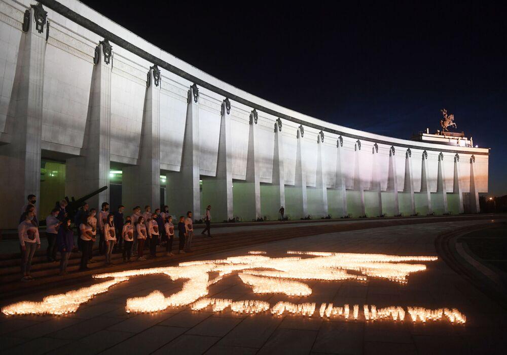 شموع على شكل لوحة خارطة الحرب المشتعلة خلال فعالية شمعة الذكرى في حديقة النصر في موسكو، 21 يونيو 2020