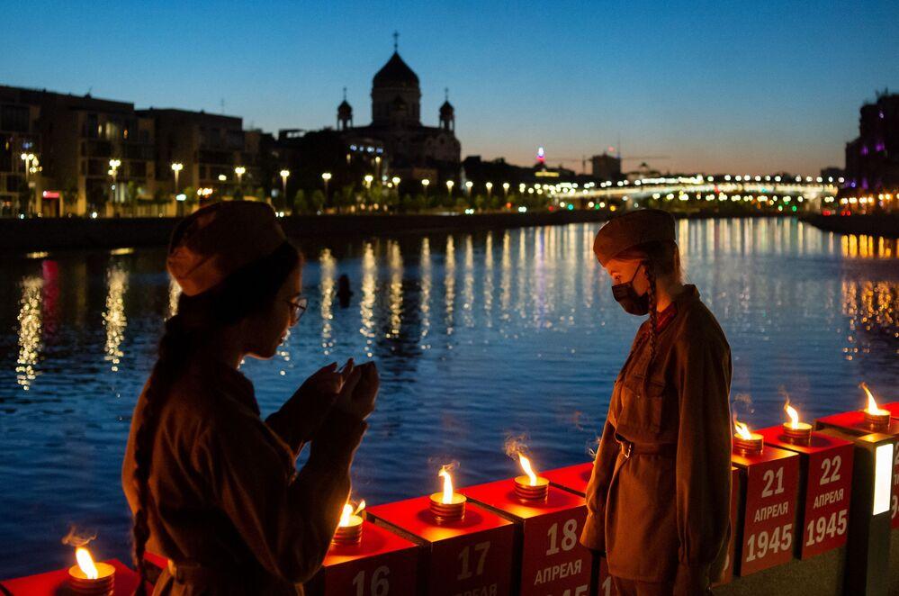 متطوعون في فعالية خط الذكرى على ضفة كريمسكايا لنهر موسكو في موسكو، 21 يونيو 2020