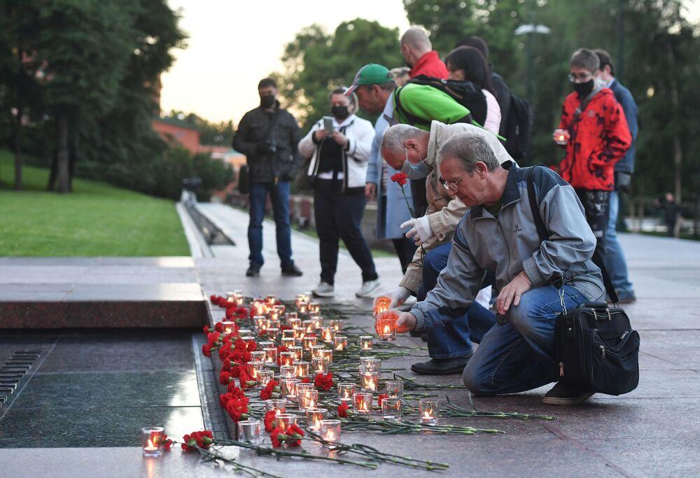 المشاركون في فعالية مراقبة الذاكرة. النار الخالدة في حديقة ألكسندر في موسكو، 22 يونيو 2020