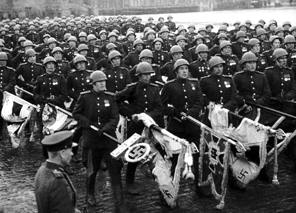 لقطة من فيلم النصر العظيم للشعب السوفييتي - قوات هتلر النازية المهزومة تسلّم راياتها أمام ضريح لينين على الساحة الحمراء في العاصمة موسكو، 24 يونيو/ حزيران 1945