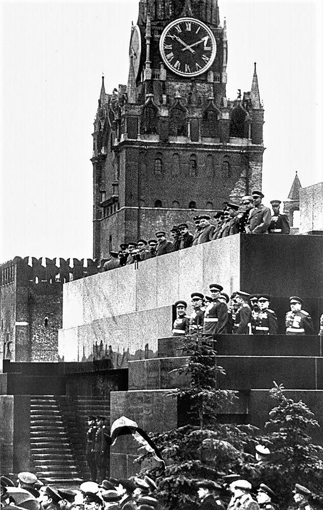 العرض العسكري الأول بمناسبة النصر على ألمانيا النازية في الحرب الوطنية العظمى (1941-1945)، الساحة الحمراء، موسكو 24 يونيو/ حزيران 1945