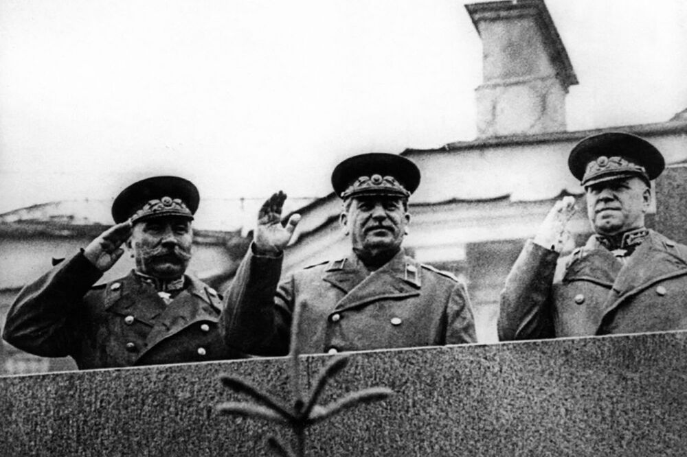 القائد الأعلى للقوات المسلحة السوفيتية جوزيف ستالين خلال حضوره للعرض العسكري الأول بمناسبة النصر على ألمانيا النازية في الحرب الوطنية العظمى (1941-1945) على الساحة الحمراء، موسكو 24 يونيو/ حزيران 1945