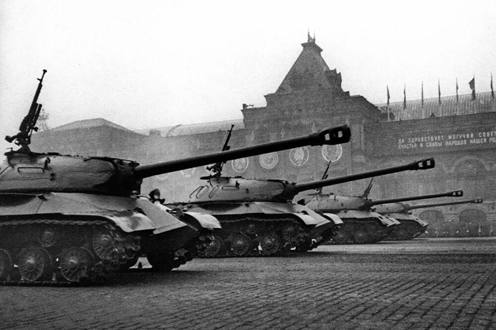 الدبابات التي شاركت في المعارك تشارك في العرض العسكري الأول بمناسبة النصر على ألمانيا النازية في الحرب الوطنية العظمى (1941-1945) على الساحة الحمراء، موسكو 24 يونيو/ حزيران 1945