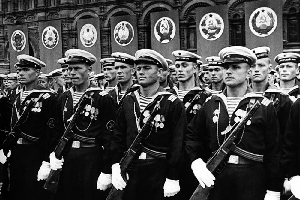 العرض العسكري الأول بمناسبة النصر على ألمانيا النازية في الحرب الوطنية العظمى (1941-1945)، قوات البحرية السوفيتية على الساحة الحمراء، موسكو 24 يونيو/ حزيران 1945