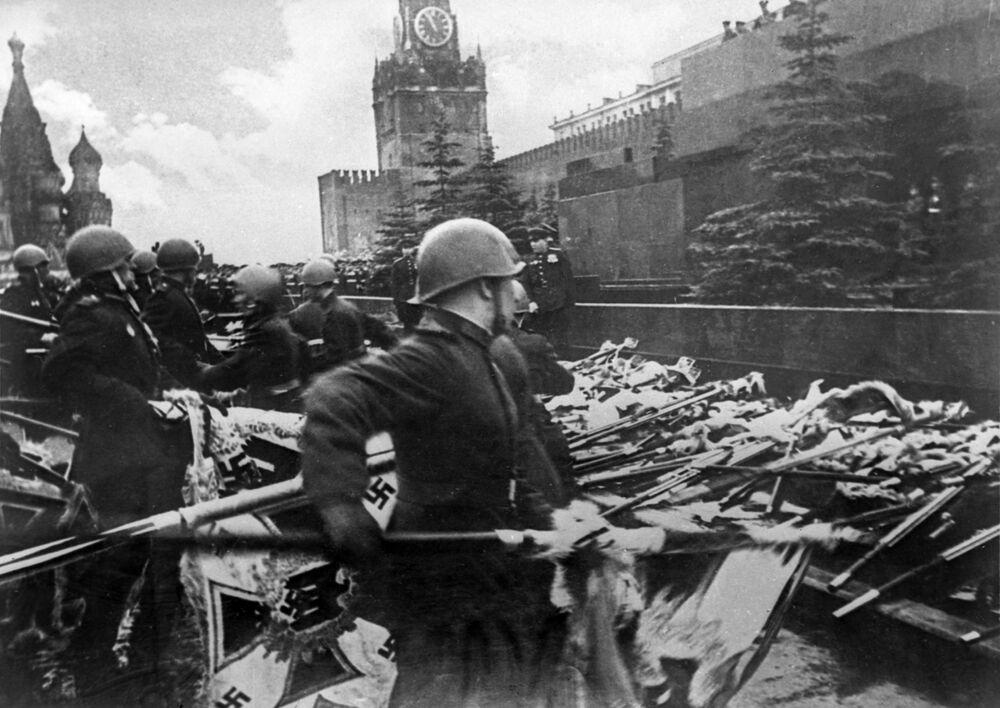 قوات هتلر النازية المهزومة تسلّم راياتها على الساحة الحمراء في العرض العسكري الأول بمناسبة النصر على ألمانيا النازية في الحرب الوطنية العظمى، موسكو 24 يونيو/ حزيران 1945