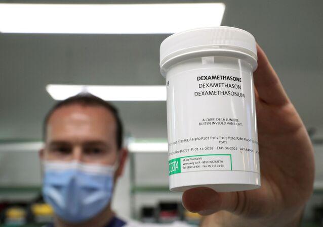 صيدلي يعرض علبة من ديكساميثازون في مستشفى إيراسم وسط تفشي مرض كوفيد - 19 في بروكسل