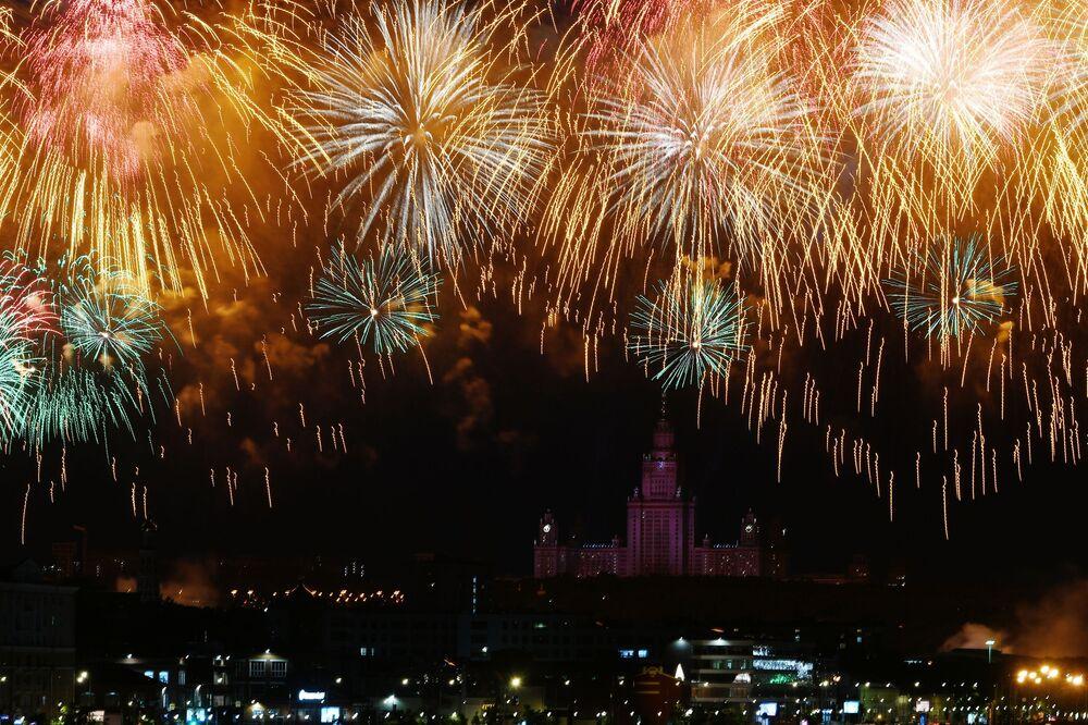 ألعاب نارية بمناسبة عيد النصر، الذكرى الـ75 للانتصار على النازية في الحرب الوطنية العظمى (1941-1945) في العاصمة موسكو