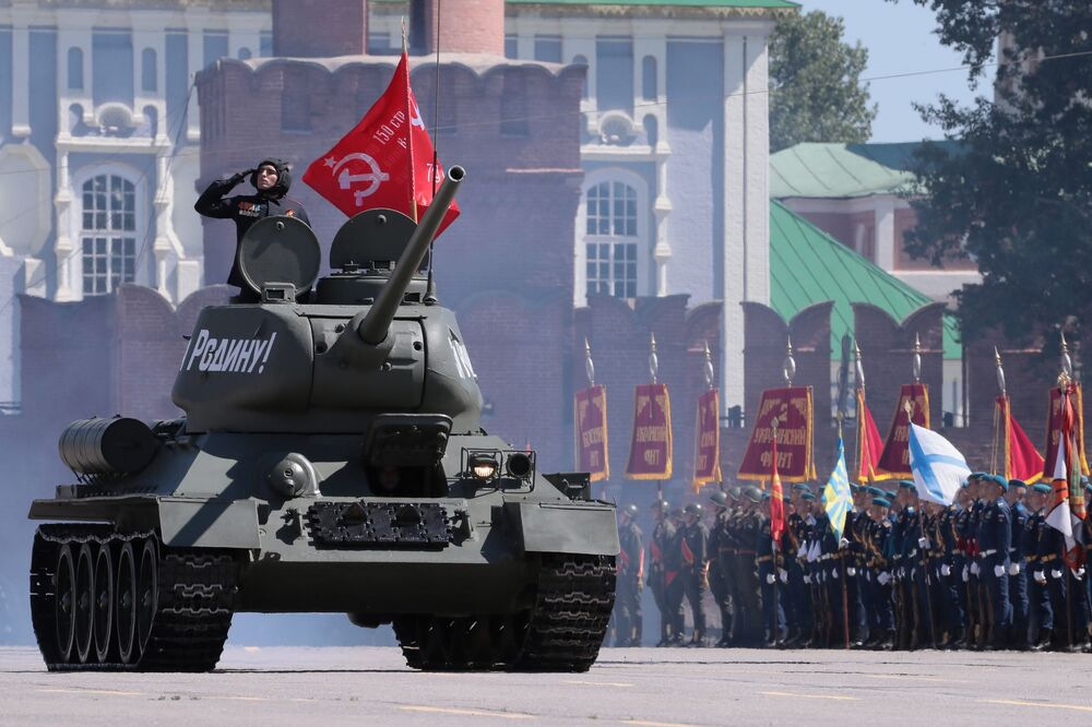 دبابة تي-34-85 خلال العرض العسكري بمناسبة الذكرى الـ75 للنصر على النازية في الحرب الوطنية العظمى (1941-1945) في مدينة تولا، 24 يونيو 2020