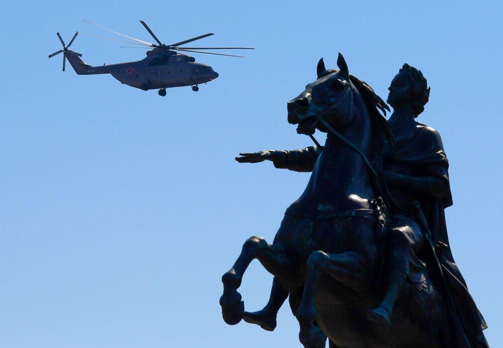 المروحية الثقيلة مي-26 خلال العرض العسكري بمناسبة الذكرى الـ75 للنصر على النازية في الحرب الوطنية العظمى (1941-1945) في مدينة سان بطرسبورغ، 24 يونيو 2020