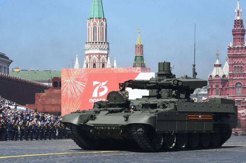 المدرعة القتالية المجنزرة لدعم دبابات (بي ام بي تي) تيرميناتور العرض العسكري بمناسبة الذكرى الـ75 للنصر على النازية في الحرب الوطنية العظمى (1941-1945) على الساحة الحمراء، موسكو،24  يونيو 2020
