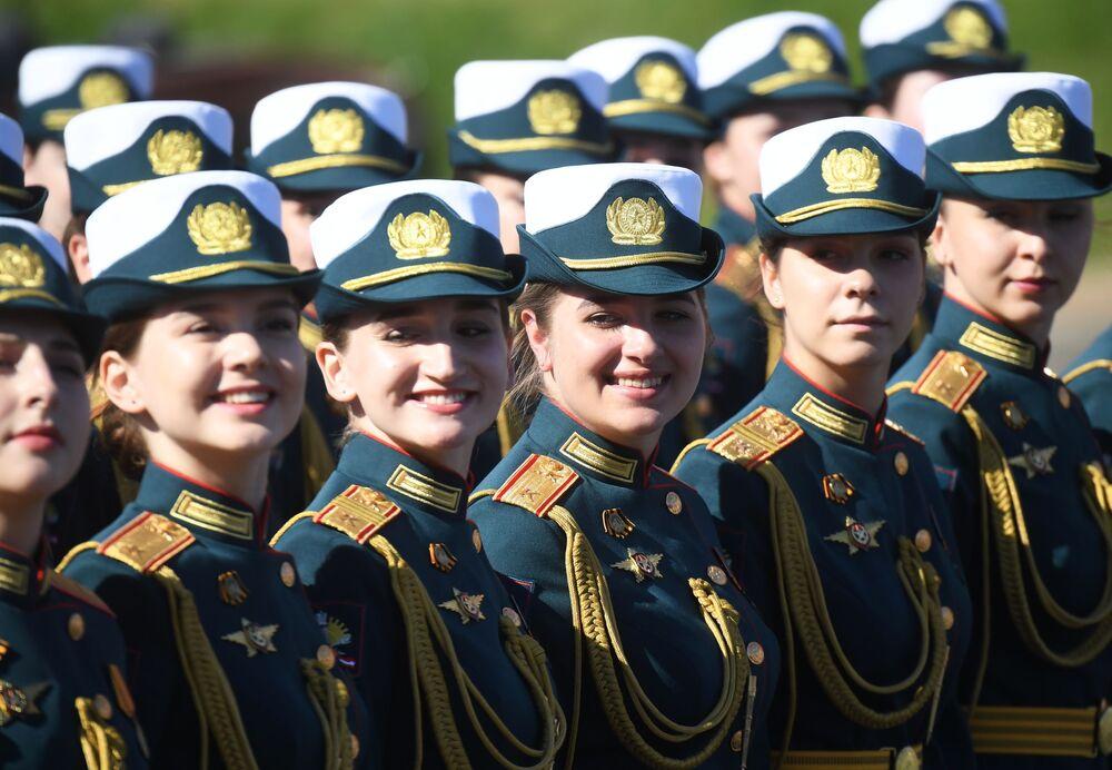 العسكريات الروسيات خلال العرض العسكري بمناسبة الذكرى الـ75 للنصر على النازية في الحرب الوطنية العظمى (1941-1945) على الساحة الحمراء، موسكو،24  يونيو 2020