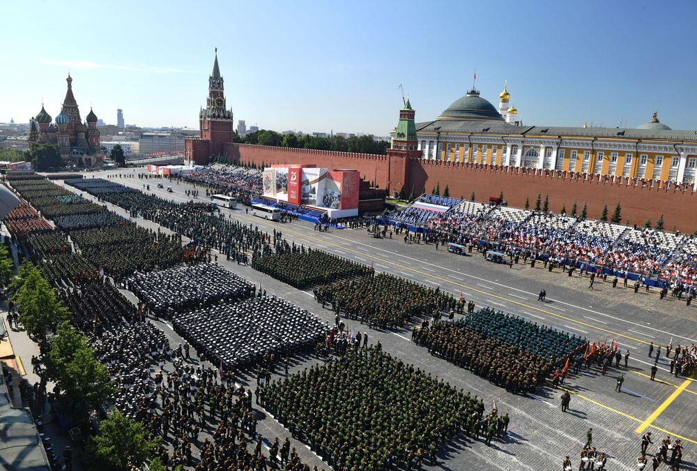 قبيل بدء العرض العسكري بمناسبة الذكرى الـ75 للنصر على النازية في الحرب الوطنية العظمى (1941-1945) على الساحة الحمراء، موسكو،24  يونيو 2020