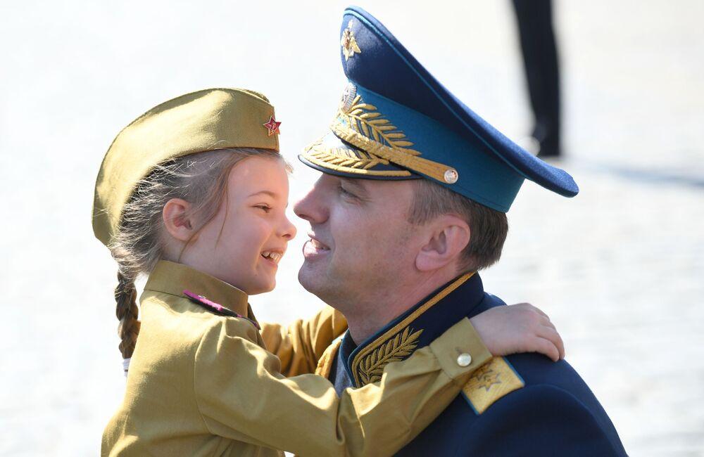نائب وزير الدفاع الروسي يوري سادوفينكو وابنته في العرض العسكري بمناسبة الذكرى الـ75 للنصر على النازية في الحرب الوطنية العظمى (1941-1945) على الساحة الحمراء، موسكو،24  يونيو 2020