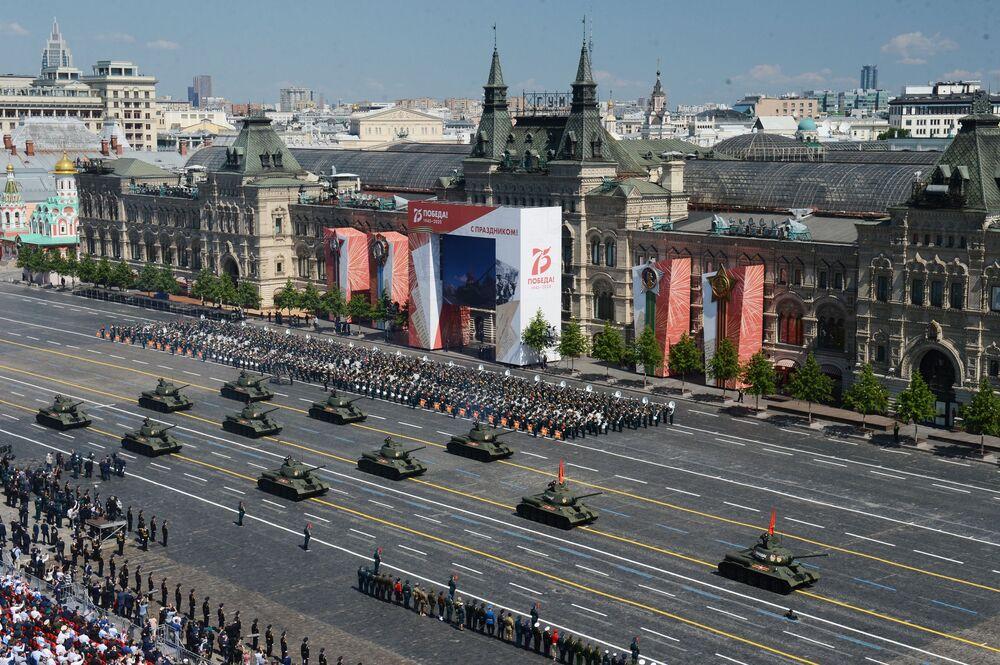 دبابات تي-34-85 خلال العرض العسكري بمناسبة الذكرى الـ75 للنصر على النازية في الحرب الوطنية العظمى (1941-1945) على الساحة الحمراء، موسكو،24  يونيو 2020