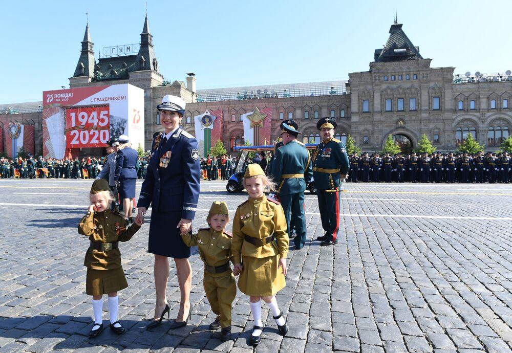 ضيوف العرض العسكري بمناسبة الذكرى الـ75 للنصر على النازية في الحرب الوطنية العظمى (1941-1945) على الساحة الحمراء، موسكو،24  يونيو 2020