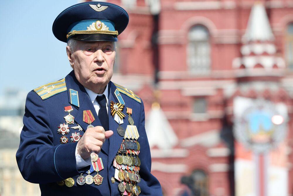 انفعال أحد المحاربين القدامى خلال العسكري بمناسبة الذكرى الـ75 للنصر على النازية في الحرب الوطنية العظمى (1941-1945) على الساحة الحمراء، موسكو،24  يونيو 2020