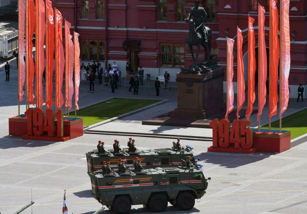 المركبة المدرعة تايفون كا، التي يتم تركيب الوحدات القتالية الكهربائية عليها ، لحمل ما يصل إلى 10 أشخاص، ويتم تكييفها أيضًا لنقل البضائع، خلال العرض العسكري على الساحة الحمراء في موسكو، 24 يونيو 2020