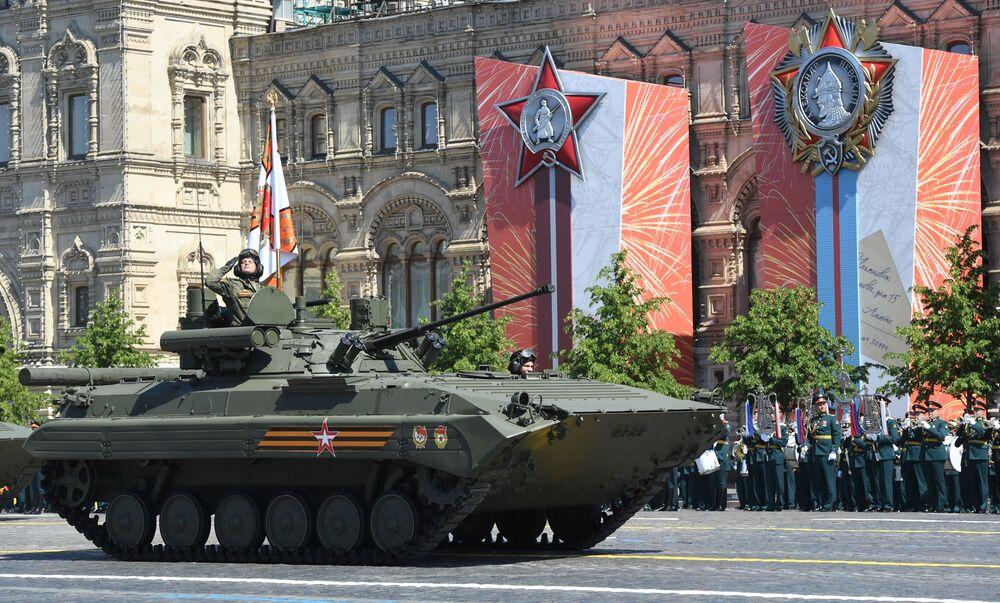 دبابة بي ام بي-2ام ومع الوحدة القتالية بيريجوك، خلال العرض العسكري على الساحة الحمراء في موسكو 24 يونيو 2020