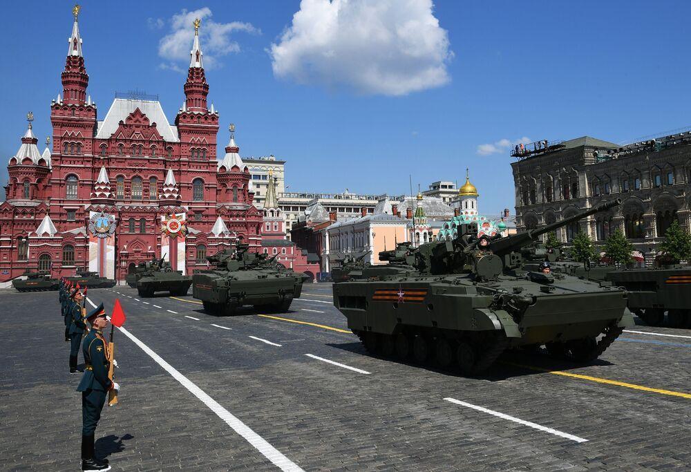 مدرعة بي إم بي على منصة مجنزرة كورغانيتس-25، خلال العرض العسكري بمناسبة الذكرى الـ75 للنصر على النازية في الحرب الوطنية العظمى (1941-1945) في موسكو، 24 يونيو 2020