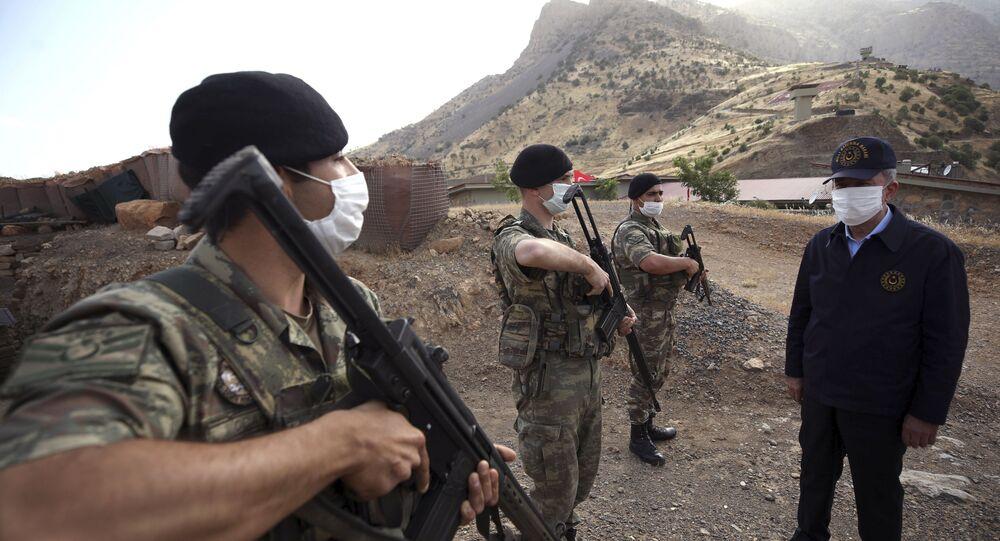 وزير الدفاع التركي، خلوصي أكار يرتدي كمامة، الحدود بين تركيا والعراق 19 يونيو 2020