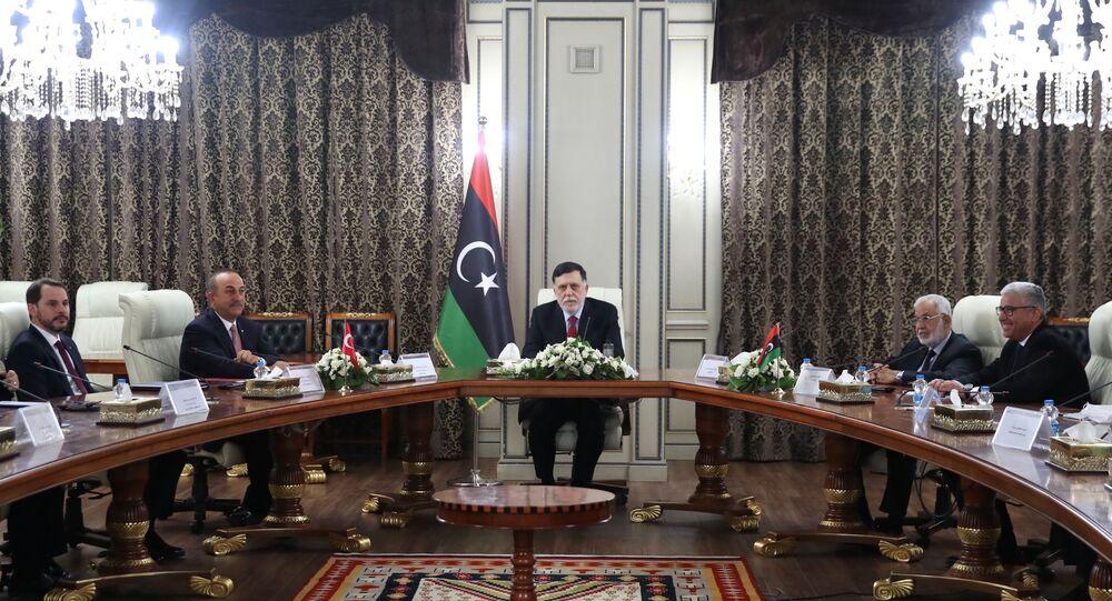 رئيس حكومة الوفاق الليبية فايز السراج ووزير الخارجية التركي مولود شاويش أوغلو، طرابلس، ليبيا 17 يونيو 2020