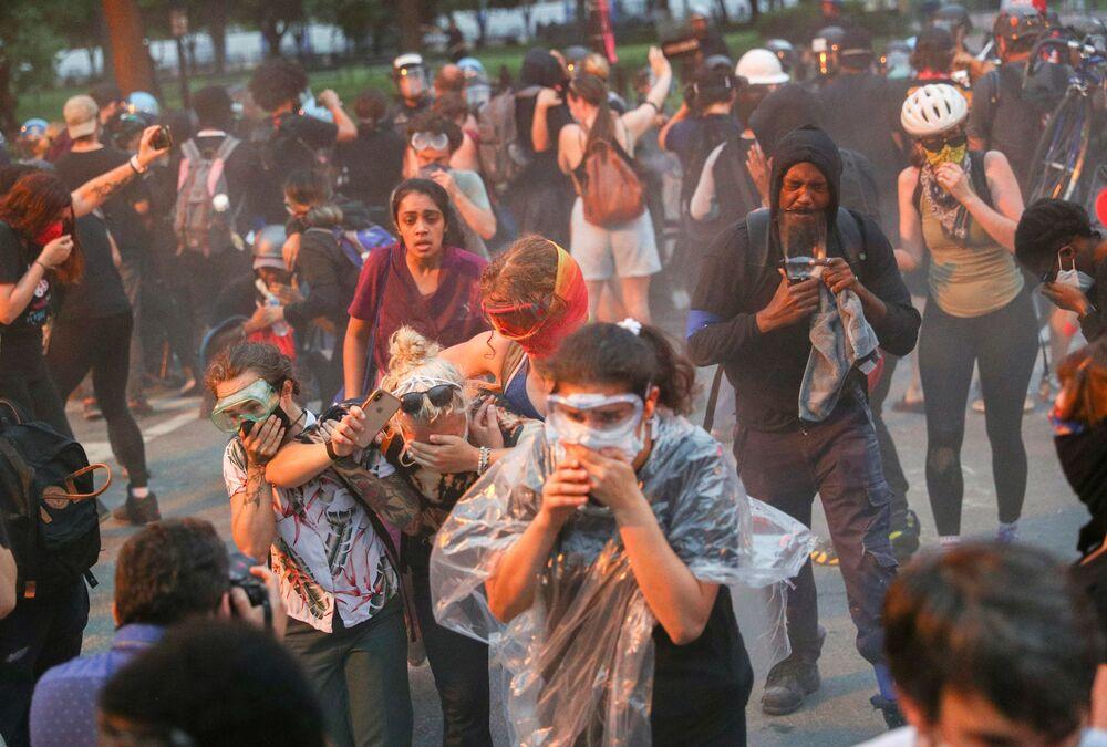 احتجاجات في البيت الأبيض تتحول إلى أعمال شغب بعد محاولات لإسقاط تمثال الرئيس الأمريكي أندريو جاكسون، واشنطن 22 يونيو 2020