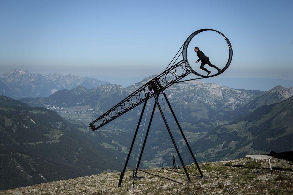 البهلوان السويسري رامون كاترينر يقدم عرضا خطيرا مع عجلة الموت، في إطار عرض غلاسيه 3000 آير شو بمناسبة إعادة افتتاح مرافق جبال الألب في 23 يونيو 2020