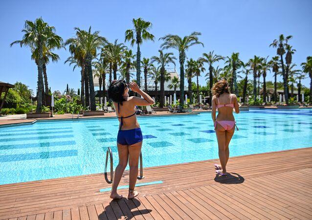 إعادة فتح المنتجعات السياحية أمام السياح في أنطاليا جنوب تركيا بعد الإغلاق التام بسبب فيروس كورونا. عادة في هذا الوقت من العام تضج أنطاليا بالسياح، 19 يونيو 2020