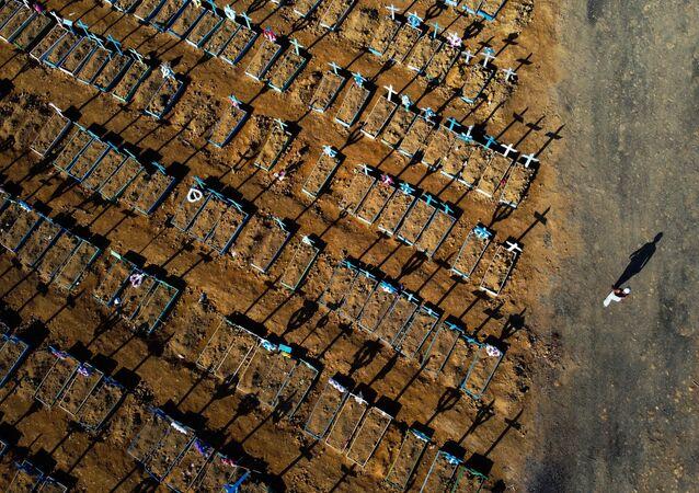 مقابر حديثة لاحتواء ضحايا كوفيد-19 في ماناوس، حيث تعد البرازيل أسوأ دول أمريكا اللاتينية من حيث عدد حالات الإصابة بالفيروس كورونا المستجد والوفيات (49,976) 21  يونيو 2020