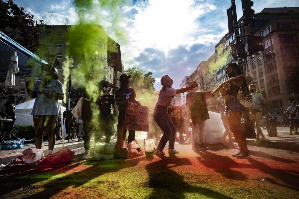 تحتفي الولايات المتحدة بنهاية العبودية في شهر يونيو/ حزيران من خلال الاحتفال بما يسمى جونتيث (Juneteenth)، مع أخذ عطلة سنوية غير الرسمية، وتعزز أهمية ذلك لملايين من الأمريكيون الذين لا يزال يحملون على عاتقهم إرث الأمة التي تواجه الظلم العنصري.