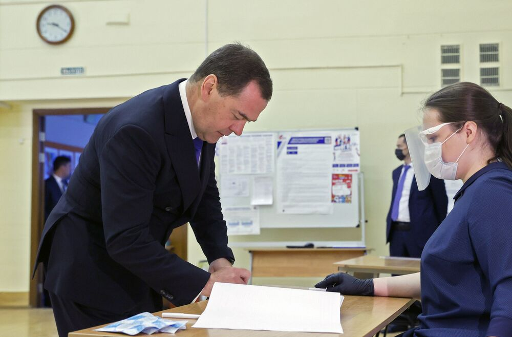 النائب رئيس مجلس الأمن القومي الروسي، دميتري ميدفيديف يدلس بصوته  على التعديلات الدستورية لروسيا الاتحادية (25 يونيو - 1 يوليو)، 25 يونيو 2020