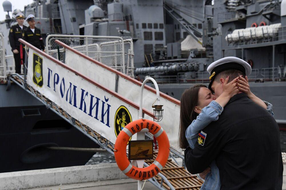 عودة السفن غرومكي (ذات الصوت العالي) وسوفيرشيني (المثالي) إلى الميناء في فلاديفوستوك، الولايات المتحدة 26  يونيو 2020.
