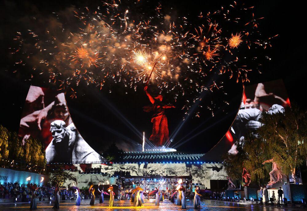 مهرجان موسيقى أمام النصب التذكاري الوطن ينادي! بمناسبة عيد النصر، الذكرى الـ75 للانتصار على النازية في الحرب الوطنية العظمى (1941-1945) في فولغوغراد، روسيا