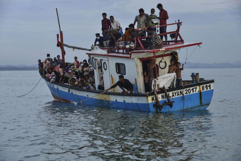 قارب ينقل أشخاص من الروهينغا القادمين من ميانمار، قبالة سواحل إندونيسيا، 25 يونيو 2020
