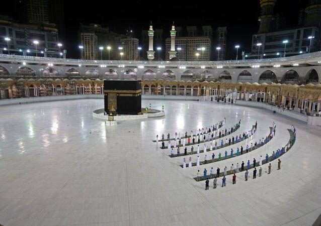 صلاة الفجر في مسجد الحرم الشريف، في مكة. أعلنت قررت السلطات السعودية إقامة موسم الحج هذا العام، بأعداد محدودة جدا من مختلف الجنسيات من المتواجدين داخل المملكة، 23 يونيو 2020