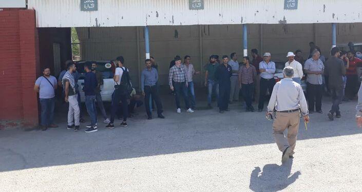 عمال حقل نفط يحتله الجيش الأمريكي بالحسكة يتظاهرون ضد سرقة ثروات بلادهم