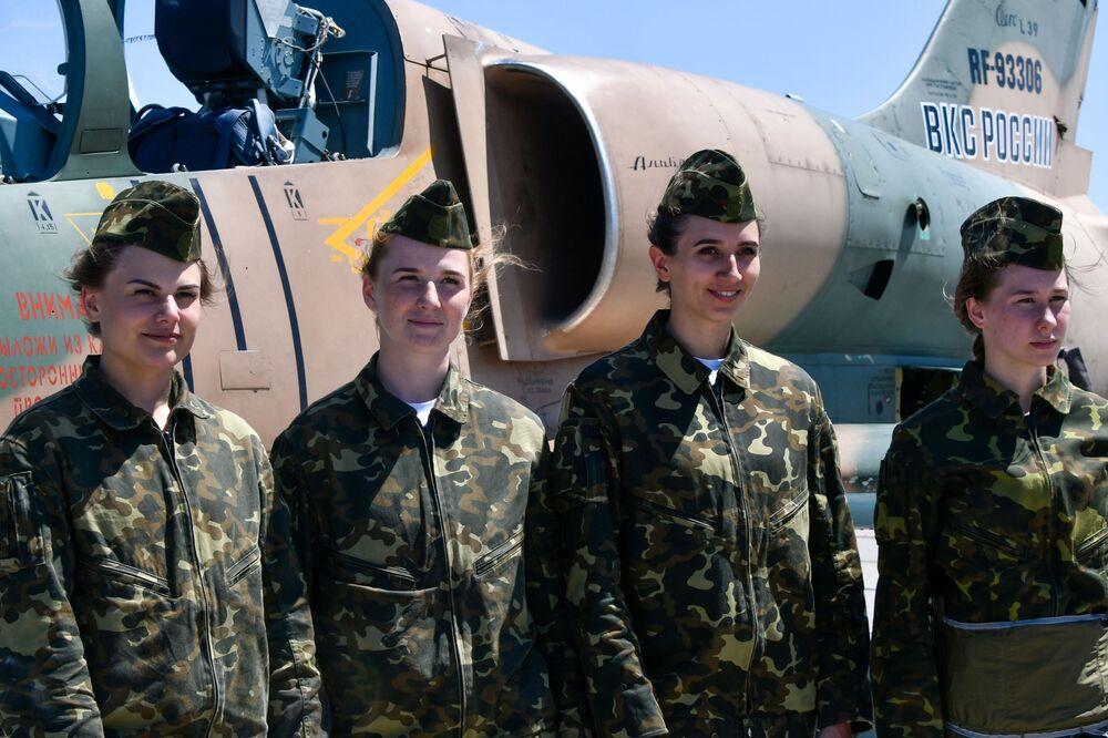 تدريبات طالبات الأكاديمية العسكرية العليا في كراسنودار في مجال الهجوم والطيران على المقاتلات والطائرات الطويلة المدى في القاعدة الجوية كوشيفسكي في إقليم كراسنودارسكي كراي.