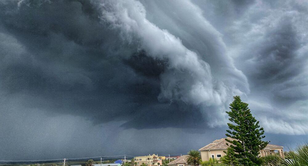 عاصفة كهربائية تندمج مع العاصفة الرملية فوق جزيرة أناستاسيا على ساحل ولاية فلوريدا، الولايات المتحدة، 27 يونيو 2020