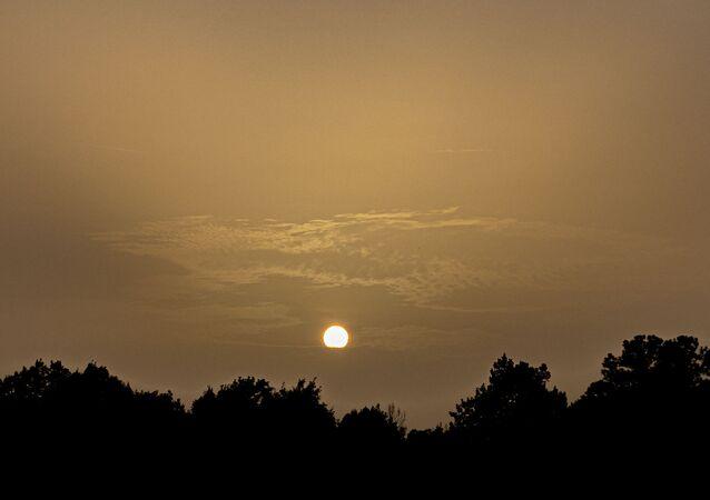 غروب الشمس على خلفية العاصفة الرملية، 26  يونيو 2020