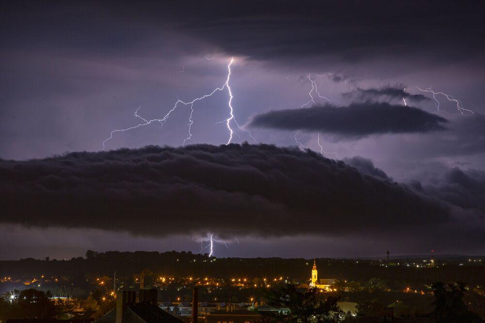 البرق يضرب سماء مدينة ناجيكانيزسا، المجر ، 26 يونيو 2020