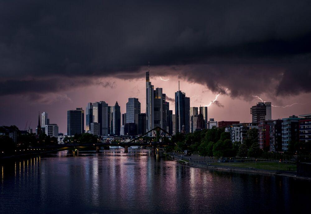 البرق يضرب ناطحات السحاب في مدينة فرانكفورت، ألمانيا، 1 مايو 2020