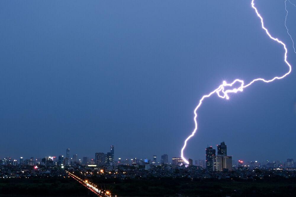البرق يضرب ناطحات السحاب في مدينة هانوي، فيتنام، 13 مايو 2020